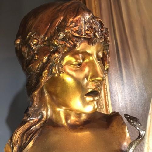 """Isidore de Rudder (1855 - 1943) Grand modèle de """"Salomé au serpent"""" en bronze Editeurs H. LUPPENS & Cie - Sculpture Symboliste d'époque Art Nouveau sur socle en marbre serpentine"""